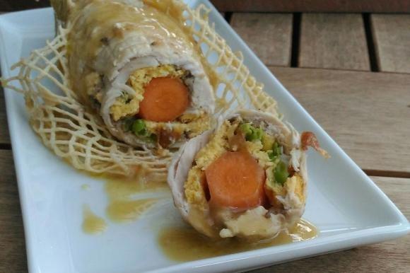 Rotolo di pollo con carote e piselli