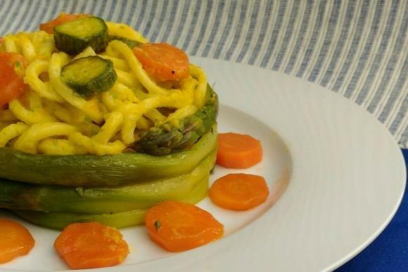 Nido di asparagi con troccoli cremosi, zucchine e carote