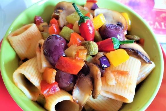 Mezze maniche alla caponata di verdure piccanti
