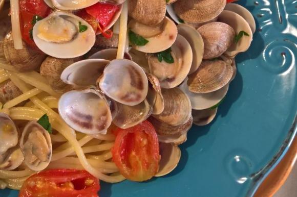 Spaghetti con olio piccante al prezzemolo e vongole