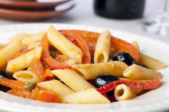 Pasta peperoni e olive nere