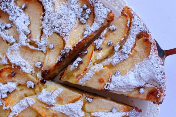 Torta di mele con ricotta, mandorle e gocce di cioccolato