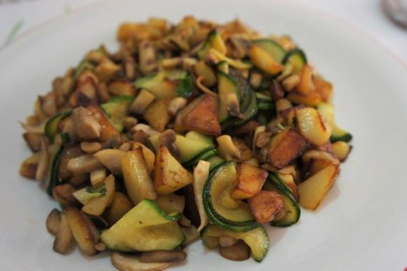 Patate, zucchine e funghi in padella