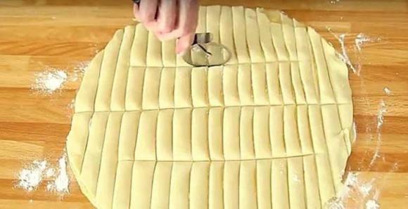 Taglia a listelli la pasta sfoglia. Ecco un'ottima idea per uno snack golosissimo
