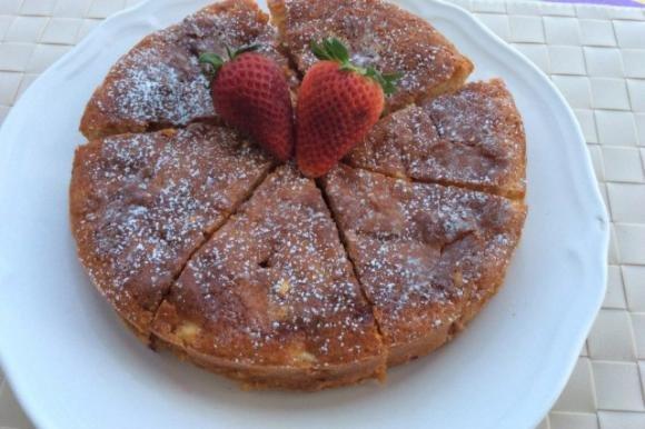 Torta soffice con mele e fragole