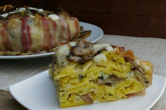 Timballo di fettuccine con funghi, mozzarella e bacon