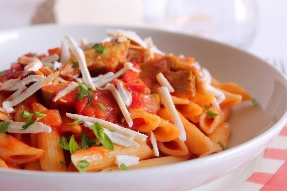 Penne rigate con carciofi, peperoni e ricotta salata