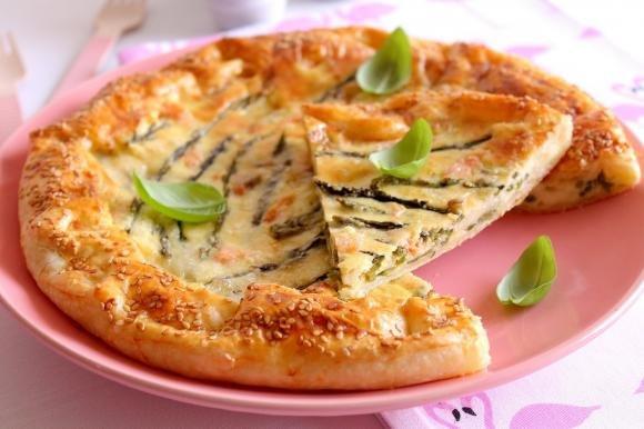 Torta salata con asparagi selvatici, gorgonzola e salmone affumicato