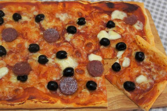 Pizza di sfoglia con olive nere e salame