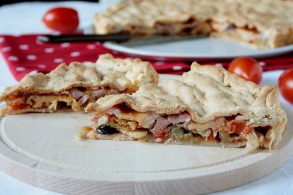Torta salata con lattuga, pomodorini, olive e fontina