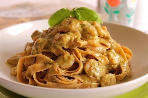 Tagliatelle di farro con pesto di pistacchio, panna e gamberetti
