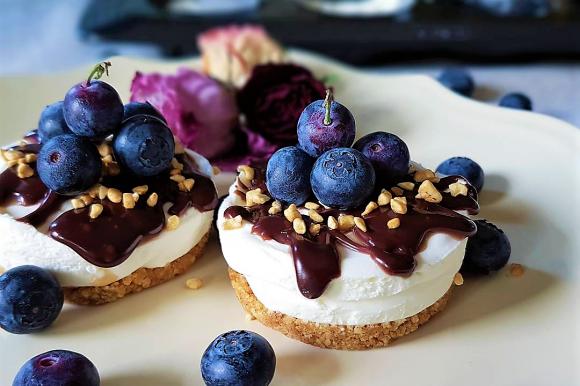Mini cheesecake allo yogurt greco, ganache e mirtilli