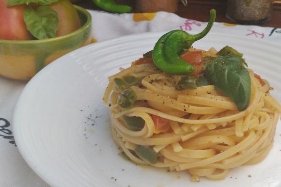Linguine con pomodori e peperoncini verdi