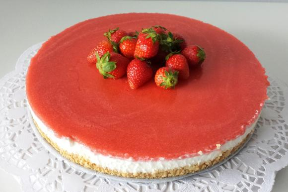 Cheesecake con yogurt, panna e gelatina di fragole