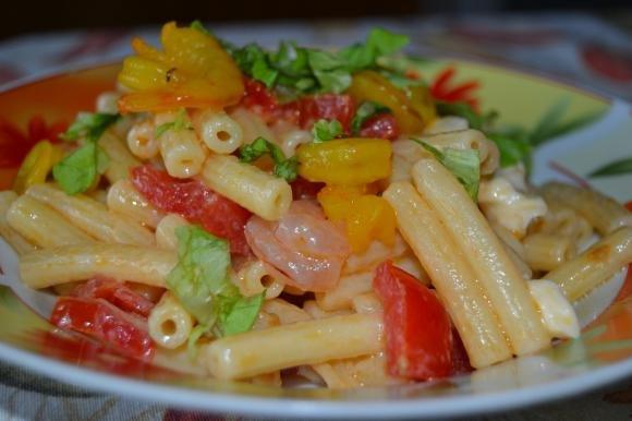 Sedanini con mozzarella, gamberetti e insalatina verde