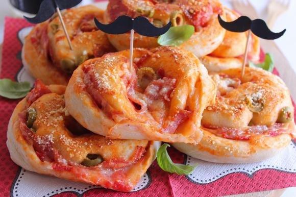 Girelle di pizza con salame, formaggio e olive