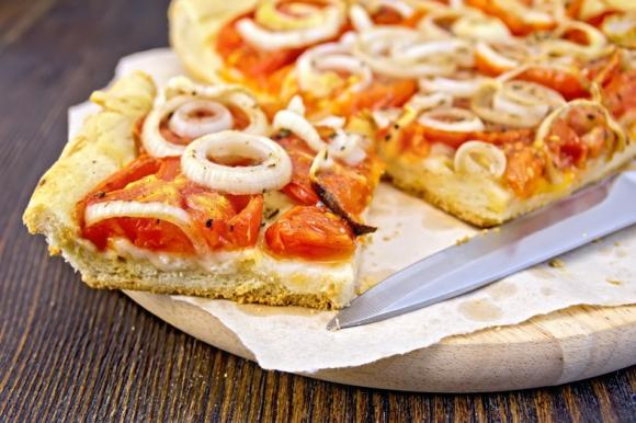 Pizza pomodoro, mozzarella e cipolla