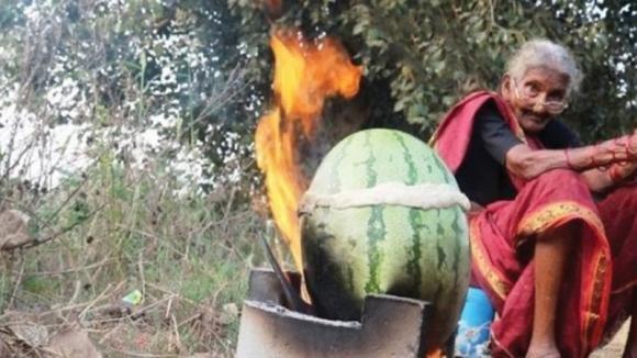 Una youtuber di 106 anni mostra come preparare le ricette della tradizione indiana