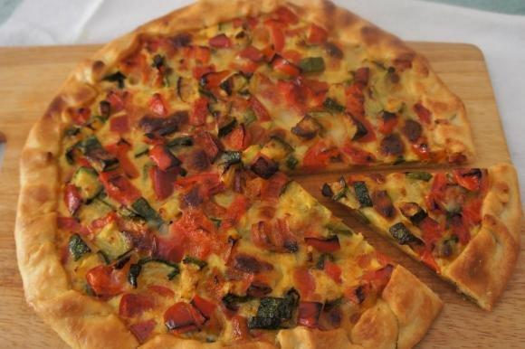 Torta salata con peperoni, zucchine e mozzarella