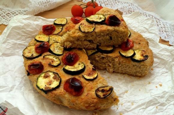 Focaccia integrale con zucchine e pomodorini