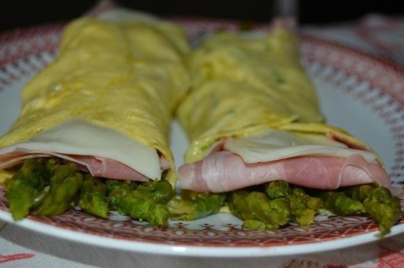 Involtini di frittata con asparagi e prosciutto cotto