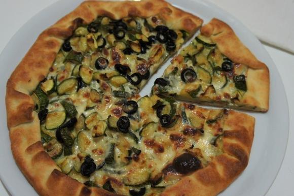 Torta salata con zucchine, olive nere e sottilette