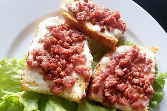 Crostini di pane con stracchino e salsiccia