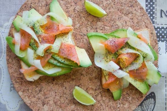 Bruschetta con avocado e salmone
