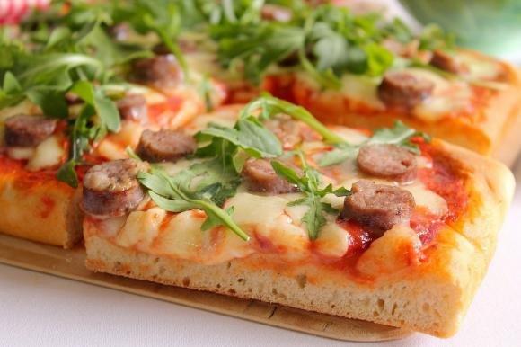 Pizza al taglio con salsiccia e rucola