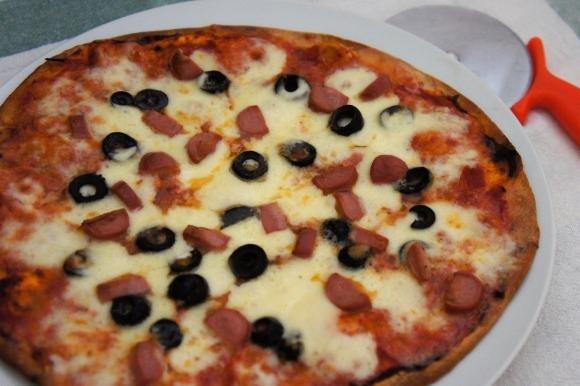 Piadipizza con wurstel e olive nere