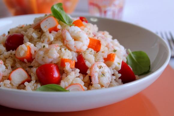 Insalata di riso con gamberi, surimi e pomodorini