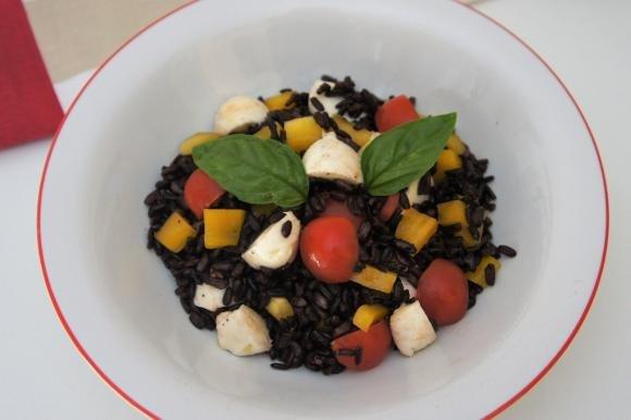 Insalata di riso venere con peperoni, pomodori e mozzarella