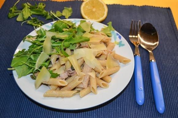 Insalata di pasta con rucola, tonno, olive e capperi