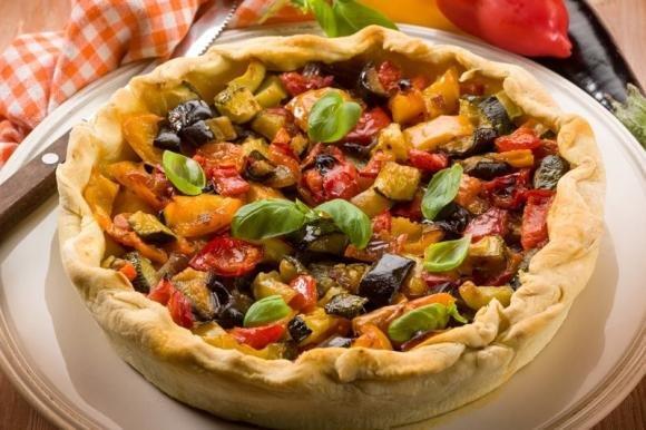 Torta salata con caponata di verdure