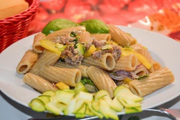 Rigatoni con salsiccia, peperoni e zucchine