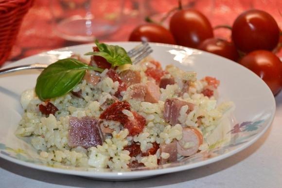 Insalata di riso con pesto alle erbe, bresaola rosa e wurstel