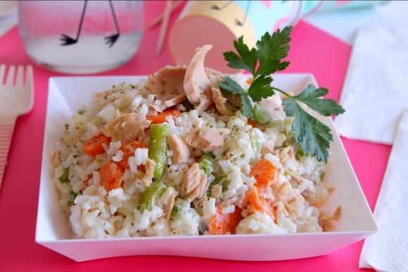 Insalata di riso con fagiolini, carote, tonno sott'olio e maionese