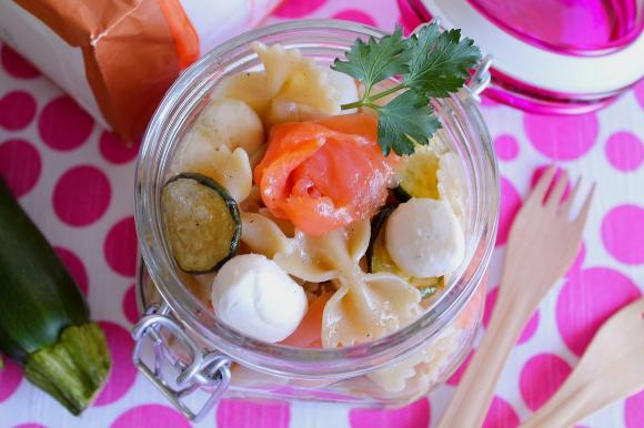 Pasta fredda con salmone, zucchine e mozzarelline