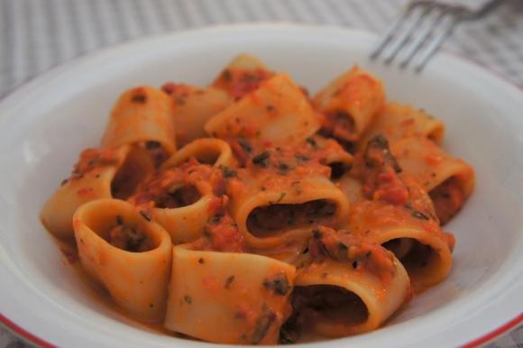 Calamarata al sugo crudo di pomodori, cipolla rossa e olive