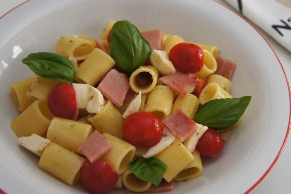 Pasta fredda con mozzarella, pomodori e mortadella