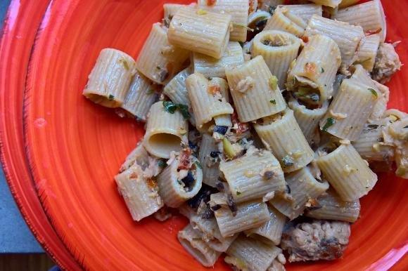 Pasta integrale con tonno, pomodori secchi, olive ed erbette