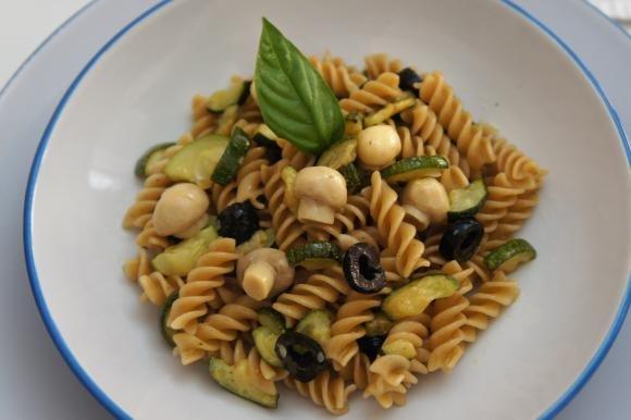 Fusilli integrali con zucchine, olive e funghetti