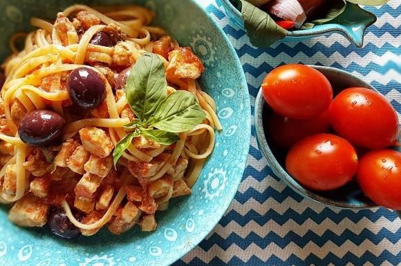 Bavette con pesce spada, pomodori, olive, capperi e basilico