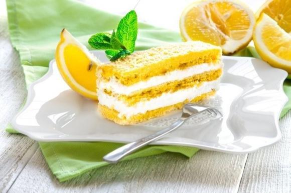 Torta al limone con crema allo yogurt
