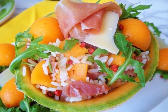 Insalata di riso con melone, prosciutto crudo e rucola