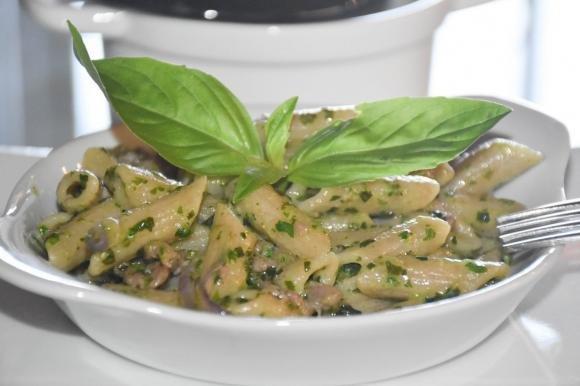 Mezze penne al pesto di insalata con salsiccia e prosciutto crudo