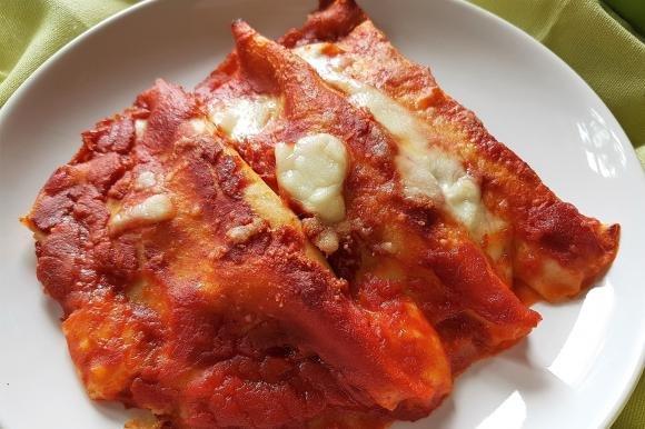 Crepes al forno con pomodoro, mozzarella e prosciutto