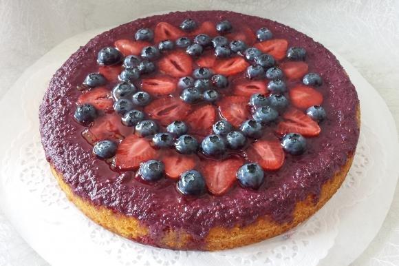 Torta con crema pasticcera e gelée ai frutti di bosco