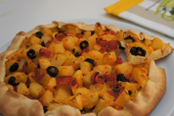 Torta salata con patate, pomodorini e olive