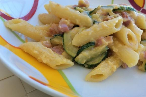 Pennette alla carbonara con zucchina e pancetta